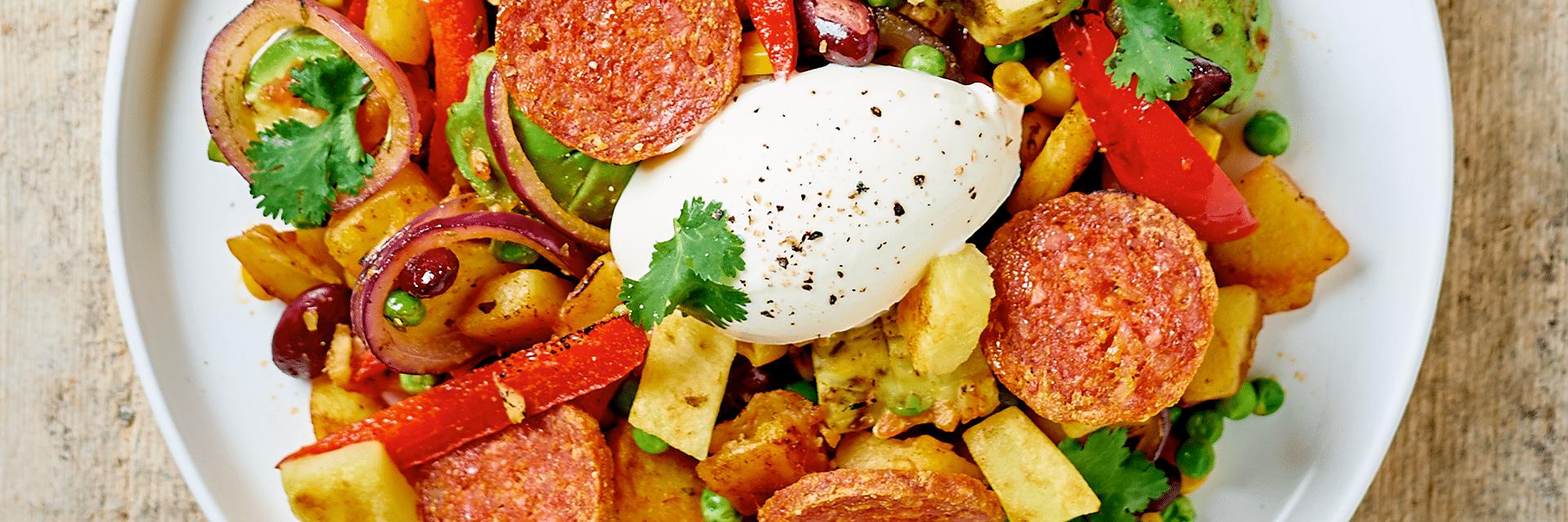 Wokgerecht met aardappel, chorizo, maïs, paprika en erwtjes