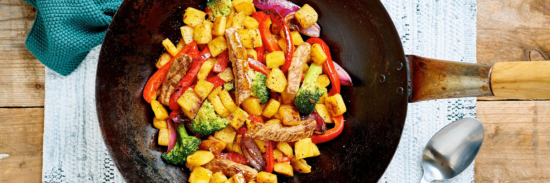 Pepersteakwok met aardappel, biefstuk en groenten