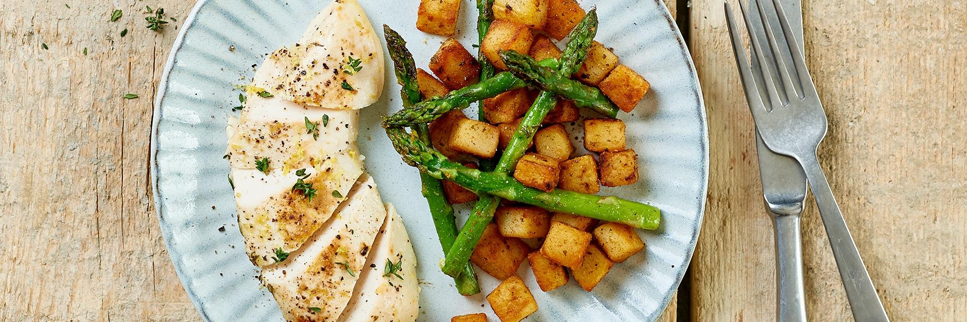 Gebakken paprika-citroengras aardappels met groene asperges en citroenkip uit de oven